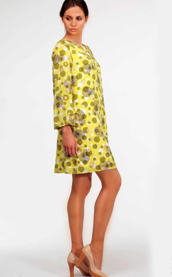 32cb9e67a18 Простое шёлковое платье выглядит очень мило При желании можно создать  простое шёлковое платье без выкройки с рукавами — как раз для вечернего  выхода ...