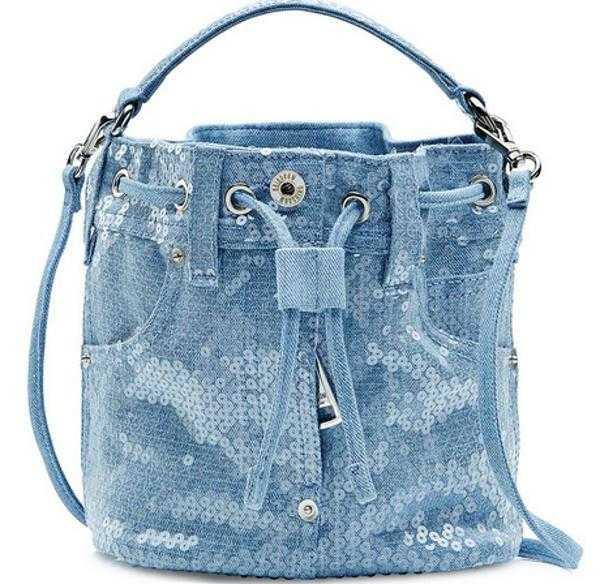 9771e055600e Можно сшить джинсовую сумку своими руками из ткани других тонов, но светлый  вариант все же будет более праздничным. Главное, внимательно производить  пошив ...