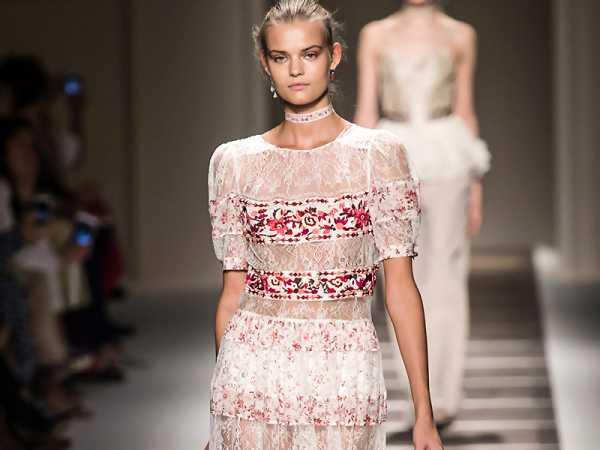 Женщины в прозрачных платьях в жаркую погоду — photo 9