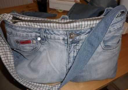 ec67fc1a34e4 Вам понадобится: старые джинсы, тканевая подкладка, ножницы, нить под цвет  джинсов или белая, мел, молния и швейная машина.