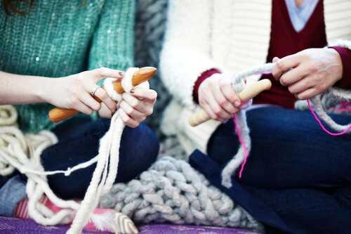 вязание женских шапок из толстой пряжи