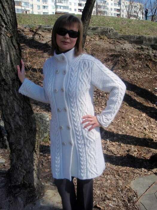 вязаное пальто спицами из толстой пряжи со схемами